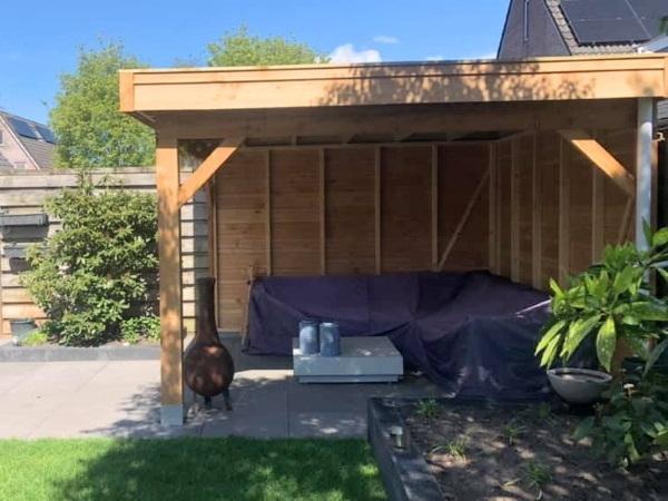Een modern terras met heerlijke loungemeubelen zorgt voor een relaxte sfeer