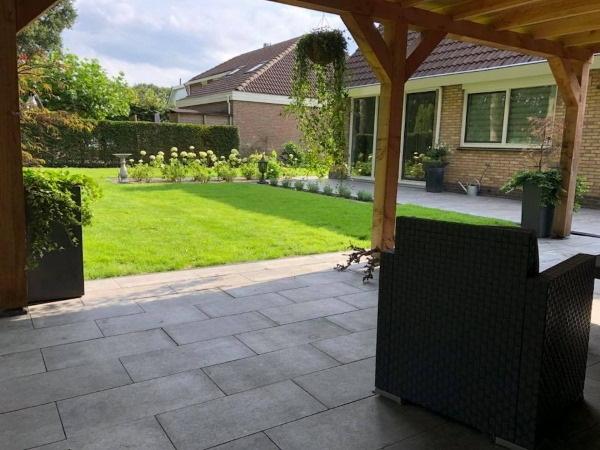 Een moderne achtertuin laten aanleggen? Vraag de hovenier om advies