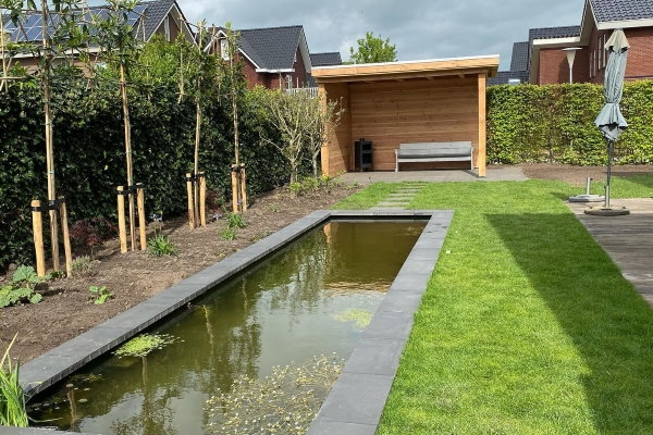 Bij de inrichting van de moderne tuin kun je ook denken aan de aanleg van een vijver